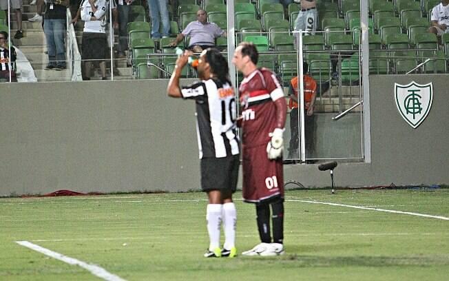 Rogério Ceni deu água para Ronaldinho, que  retribui com um passe para Jô e gol do Atlético-MG  sobre o São Paulo