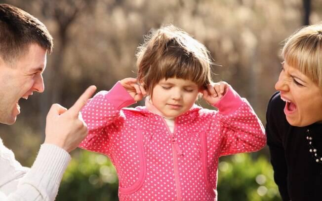 Especialistas ressaltam que o grito é uma forma de agressão emocional, tão grave quanto um castigo físico