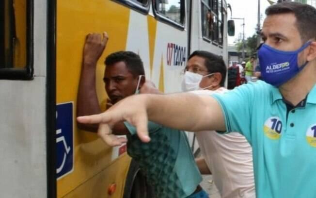Candidato bolsonarista saca arma em roubo durante campanha em Manaus