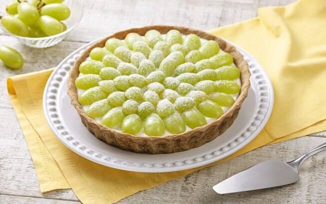 A torta de uva com leite ninho é fácil de fazer e leva 2 horas na geladeira