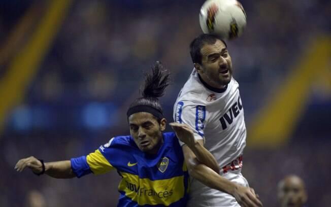 Danilo, capitão do Corinthians nesta noite de  quarta, disputa bola de cabeça na Bombonera