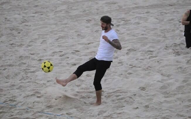 David Beckham joga futevôlei com fãs na praia do pepino, no Rio de Janeiro
