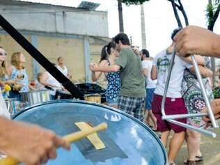 Embalados pelo forró, bloco Pisa na Fulô ocupou espaço abandonado