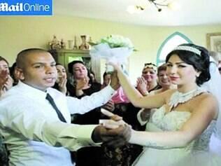 União. Moral Malka, 23, e Mahmoud Mansour, 26, celebraram seu casamento com amigos e familiares no domingo, perto de Tel Aviv