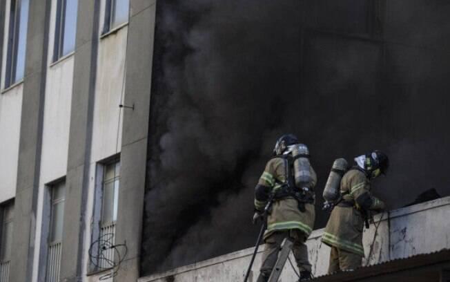 Bombeiros tentam controlar o incêndio no Hospital Federal de Bonsucesso