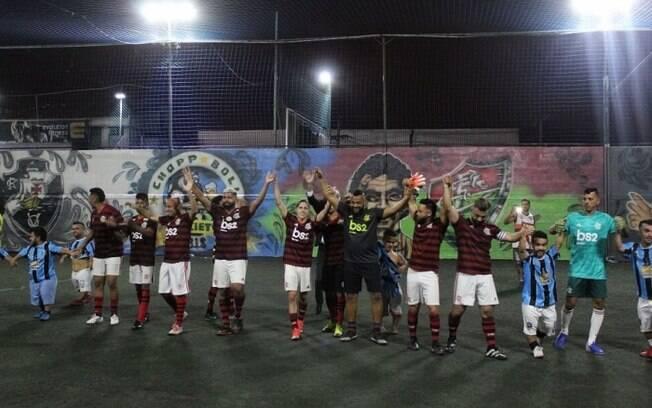 Sósias do Flamengo goleiam time de anões do Grêmio pra esquentar a decisão na Libertadores