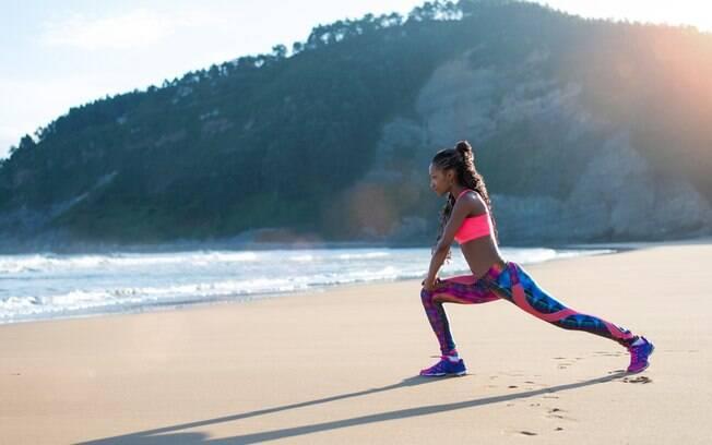 Há muitos benefícios de fazer exercícios físicos ao ar livre, mas é preciso se manter muito hidratado e com roupas leves