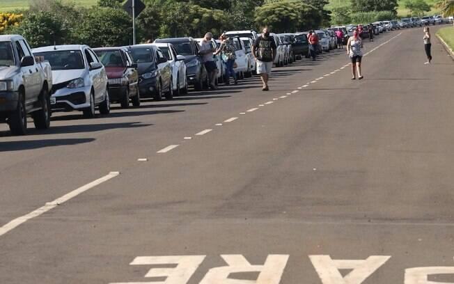 Covid-19: drive-thru tem longa fila de espera em Paulínia
