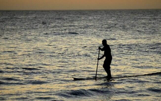 Praticante do Stand up surfe contempla o pôr do sol e ainda trabalha o corpo todo. Modalidade ganha cada vez mais adeptos no Rio de Janeiro