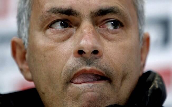Após treino, Mourinho conversou com  jornalistas. Apesar dos 10 pontos de vantagem  sobre o Barça, ele disse que se for campeão com um  ponto a mais já será fantástico