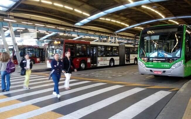 Operação no terminal de ônibus na Estação Pinheiros, em São Paulo, nesta manhã