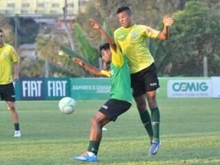 Tchô disputa bola durante treinamento no Lanna Drumond