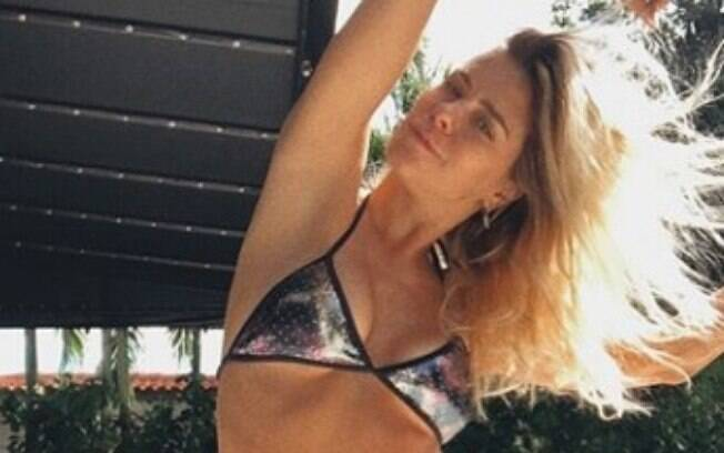 Carolina Dieckmann exibe boa forma em foto publicada em sua rede social