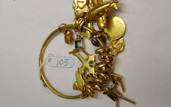 Uma das peças em leilão: 'pulseira de outro 18k, do tipo berloque, com 25 pendentes móveis em ouro 18k'
