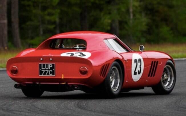 A carroceria desenhada por Scaglietti harmoniza o glamour das corridas com o charme da Ferrari