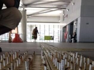 Artista realiza intervenção colocando guimbas de cigarro no meio do caminho