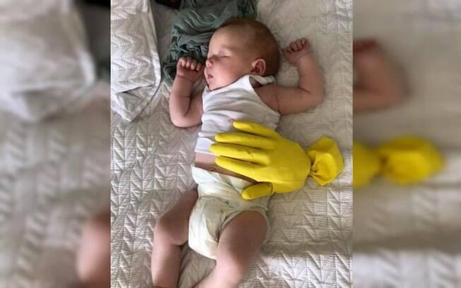 Para o bebê recém-nascido dormir, mãe coloca luva para simular sua mão e técnica viraliza nas redes sociais