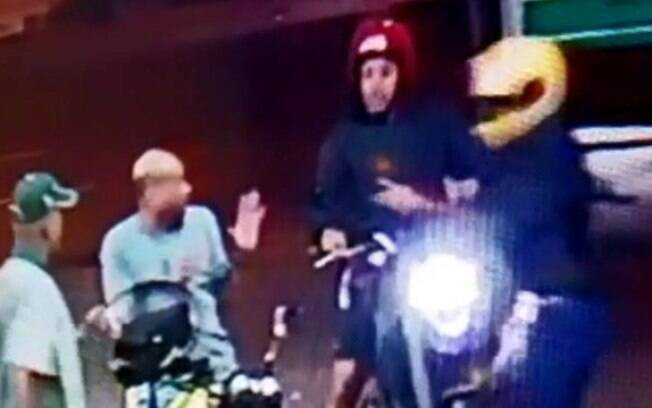 O agente estava em um posto de gasolina quando dois homens armados em uma outra moto tentaram roubar o policial