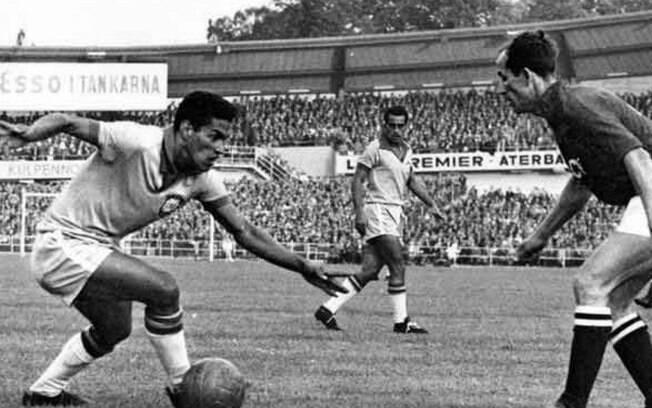 """Garrincha no jogo Brasil 3 x 0 URSS, na Copa do Mundo de 1958. Antes do jogo ele perguntou ao técnico: """"O senhor combinou com os russos?"""""""
