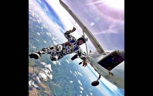Caio Castro faz ensaio fotográfico vestido de cachorro e pulando de paraquedas