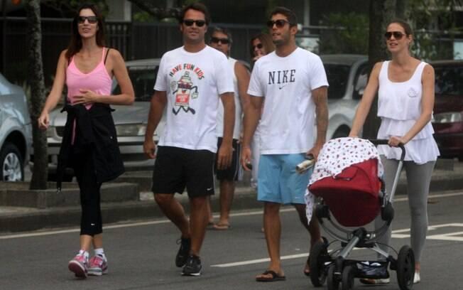 Luana Piovani e Pedro Scooby passeiam com o filho, Dom