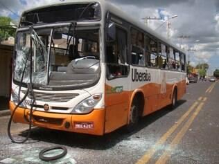 Cinco jovens arremessaram pedras contra um ônibus e quebraram o vidro do coletivo, no bairro Mangueiras
