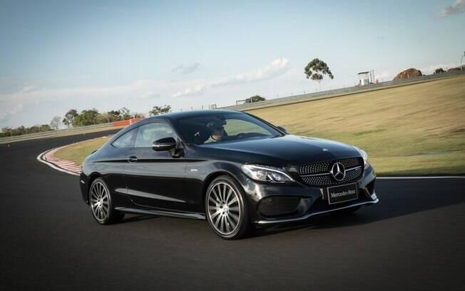 Sob o capô do Mercedes-Benz C 43 AMG está o motor 3.0 V6 biturbo de 367 cv e 53 kgfm de torque. Acelera de 0 a 100 km/h em 4,7 segundos.