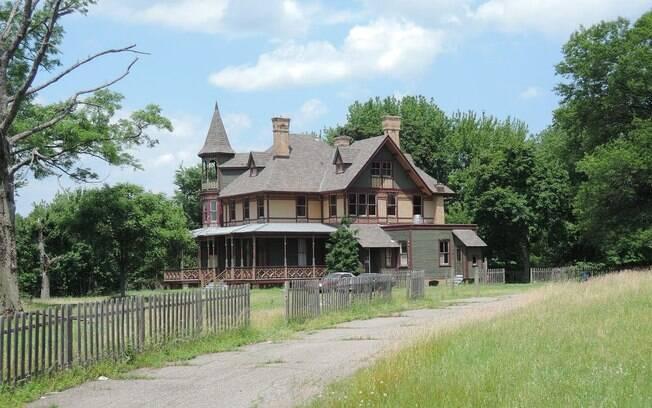 A 'casa mal-assombrada' foi construída no século 19 pelo imigrante alemão Balthasar Kreischer para um de seus filhos, que, em 1894, cometeu suicídio dentro da residência. Desde então, há rumores de que Edward assombra o local