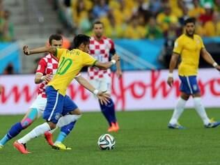 Neymar teve trabalho para sair da marcação do rival