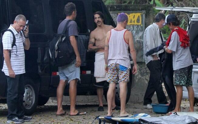 Anthony Kiedis e Flea chegaram cercados de seguranças a praia do Recreio dos Bandeirantes