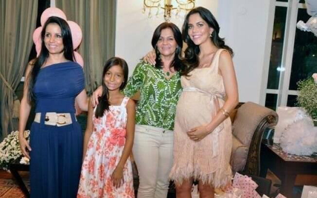 Daniela Albuquerque recebeu amigos e sua familia para brindar a chegada de Alice