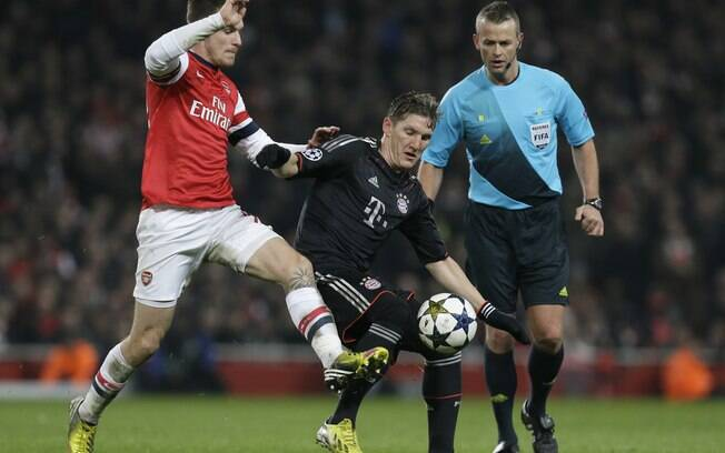 Ramsey, do Arsenal, e Schweinsteiger, do  Bayern, brigam pela posse da bola