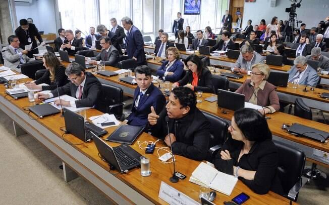 Dilma não sabe se vai pessoalmente defender seu mandato na Comissão Especial do Impeachment