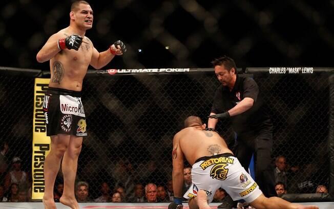 Cain Velásquez manteve o cinturão dos pesados  ao nocautear Antônio Pezão no UFC 160