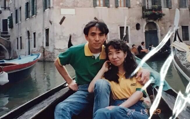 Filha descobriu história de amor dos pais ao encontrar álbum com fotos da Lua de Mel e se deparar com a camisa polo verde