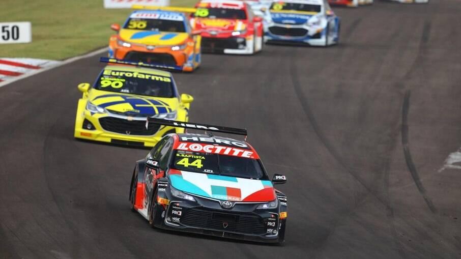 O Toyota Corolla de Bruno Baptista segue na frente do pelotão , pronto para acelerar forte rumo à linha de chegada