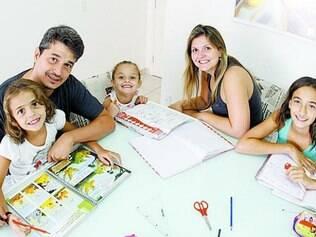 Reinaldo ajuda filhas nos deveres