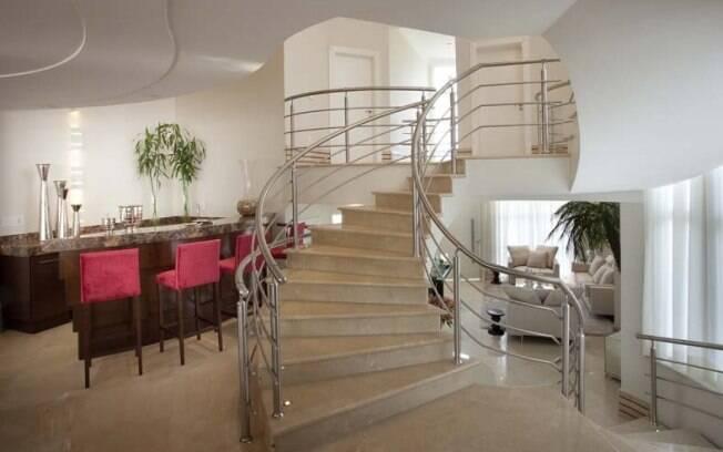 Aquiles Nicolas Kílaris planejou um modelo sinuoso revestido com mármore travertino para combinar com o estilo clássico da sala
