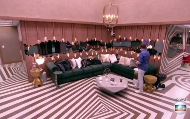 A sala do Big Brother Brasil possui um sofá verde e está repleto de almofadas, item que traz conforto e aconchego
