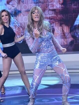 Caracterizado como Jennifer Lopez, Rodrigo Faro faz paródia da cantora no palco do