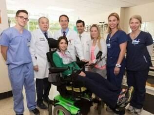 Laís e seus médicos em hospital nos Estados Unidos