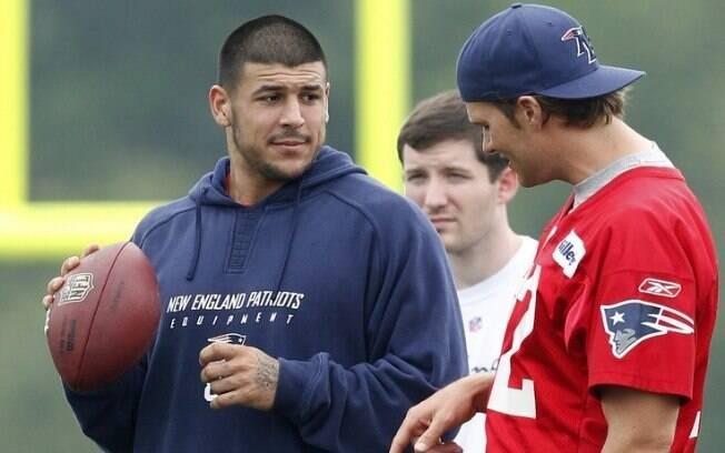 Aaron Hernandez (esquerda) foi companheiro de Tom Brady (direita) na NFL entre 2010 e 2012