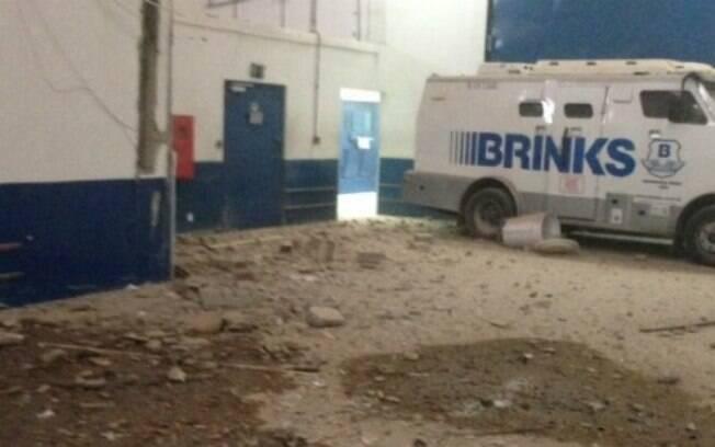 Enquanto o grupo estava no interior da empresa arrombando o cofre da Brinks, a polícia do Recife chegou ao local