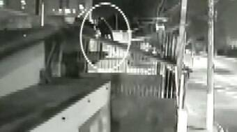 Vídeo mostra suspeito pulando telhado para invadir casa da ex