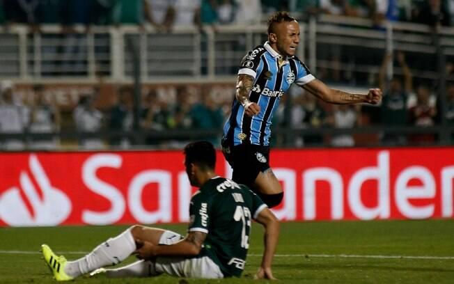 Everton Cebolinha celebra um dos gols do Grêmio contra o Palmeiras