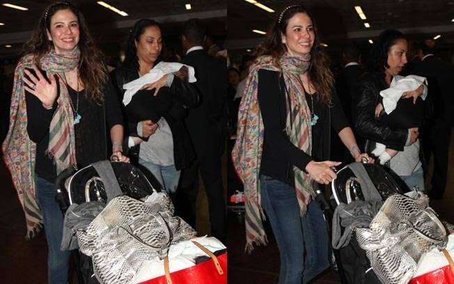 Acompanhada da babá, Luciana Gimenez desembarca no aeroporto de Guarulhos