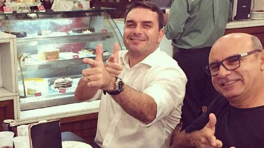 Flávio Bolsonaro e Queiroz; Flávio é investigado por caso de