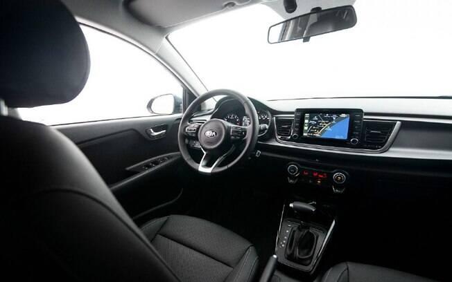 O interior do Kia Rio traz o mesmo arranjo de outros modelos da marca, como Cerato e Sportage