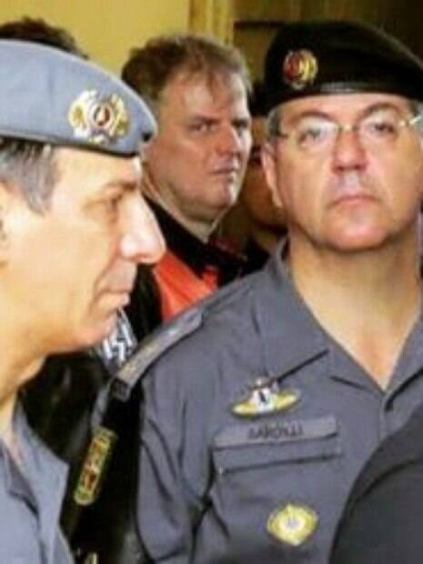 Coronel PM Nivaldo César Restivo (na época Comandante do Policiamento de Choque e hoje Comandante Geral da PMSP) e o então Tenente Coronel PM Alberto Malfi Sardilli, Comandante da ROTA.