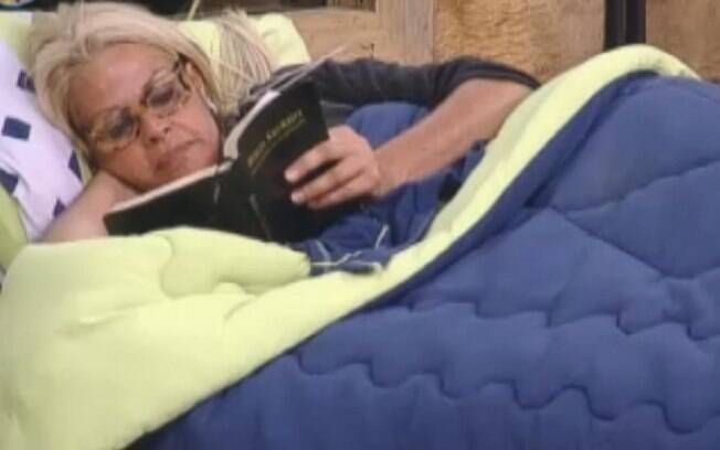 Monique Evans aproveita a luz acesa para ler a Bíblia